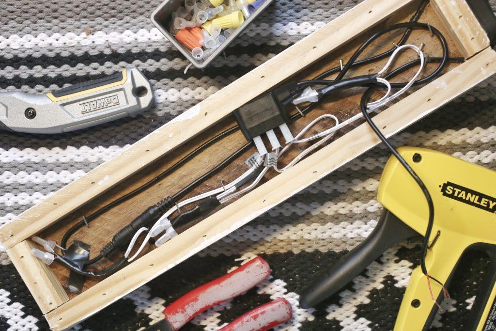 12ace3518181 DIY Pallet Wood 12v Light Fixture